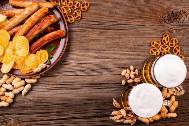 Birra vista dall'alto con cibo sul tavolo di legno