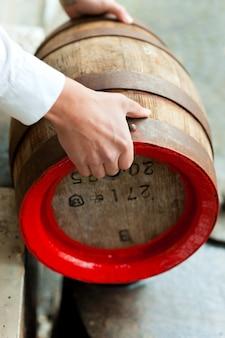 Birraio con botte di birra nel birrificio