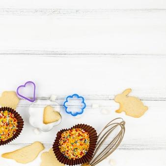 Biscotti a forma di animali con utensili da cucina sul tavolo