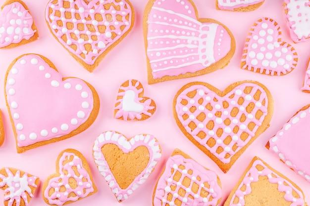 Biscotti a forma di cuore decorati smaltati a mano