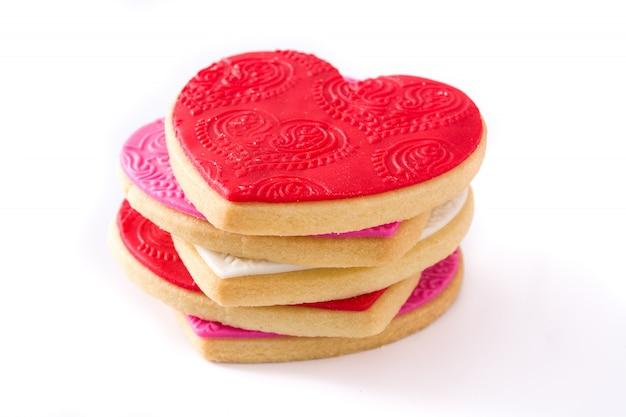 Biscotti a forma di cuore per san valentino isolati su superficie bianca.
