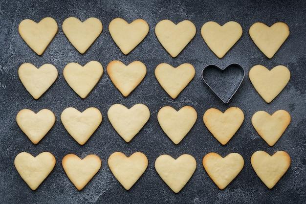 Biscotti a forma di cuore per san valentino su sfondo scuro