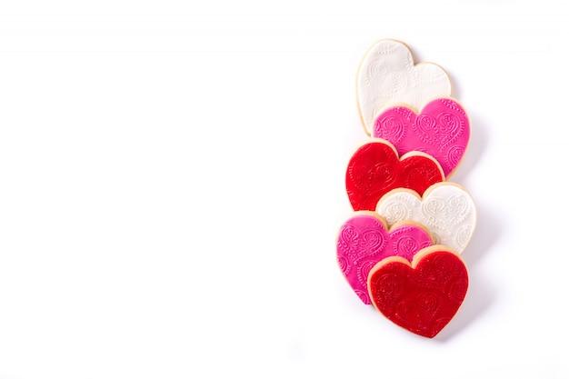 Biscotti a forma di cuore per san valentino su superficie bianca
