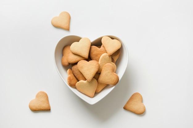 Biscotti a forma di cuore sul tavolo bianco. vista dall'alto
