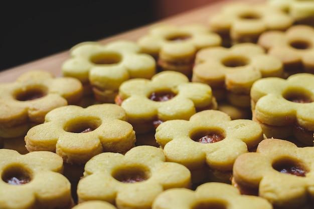 Biscotti a forma di fiore con marmellata di arance