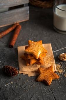 Biscotti a forma di stella ad alto angolo