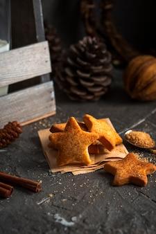 Biscotti a forma di stella con pigna