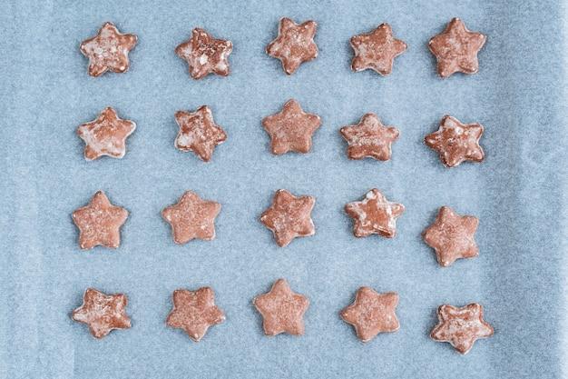Biscotti a forma di stella dello zenzero sulla teglia.