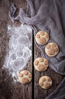 Biscotti a forma di zampa di gatto. messa a fuoco selettiva