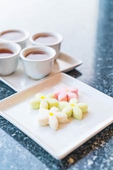 Biscotti ai fiori snack con tè