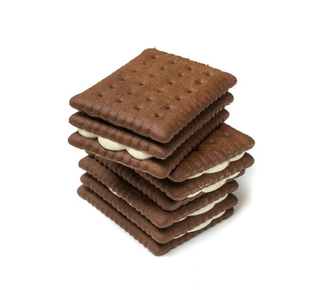 Biscotti al burro di cioccolato molle con materiale da otturazione cremoso bianco isolato