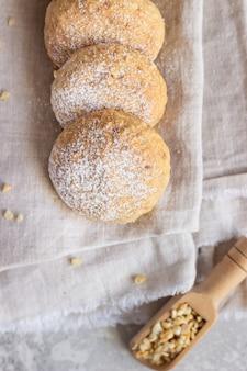 Biscotti al burro freschi al forno con arachidi cosparsi di zucchero a velo
