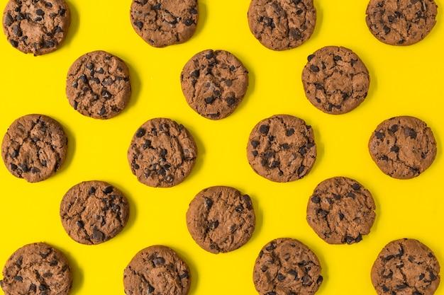 Biscotti al cioccolato al forno su sfondo giallo