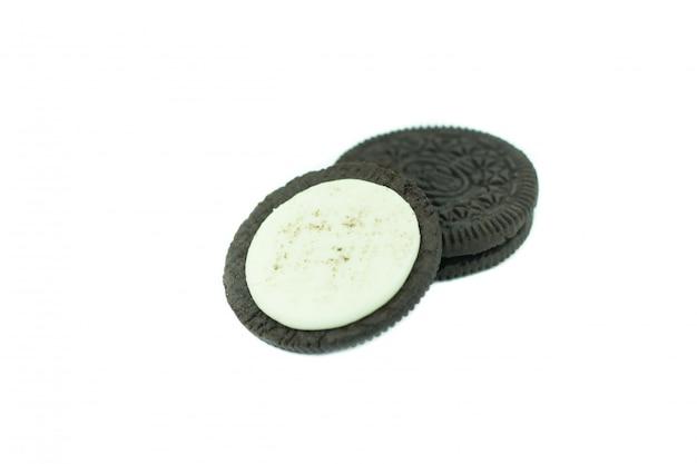Biscotti al cioccolato con archivio di crema isolato su bianco