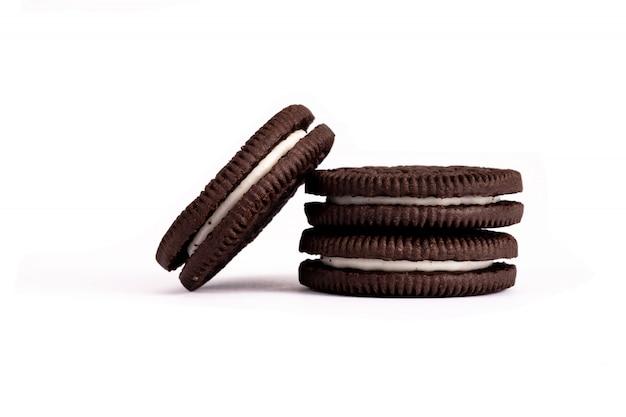 Biscotti al cioccolato con crema isolata su bianco.