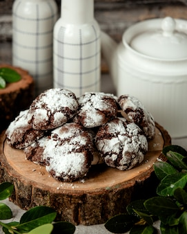 Biscotti al cioccolato con polvere bianca
