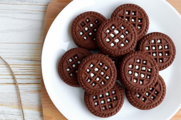 Biscotti al cioccolato fatti in casa con strato di latte, vista dall'alto