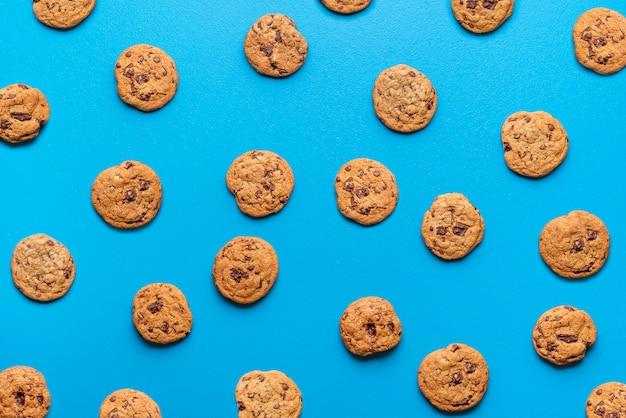 Biscotti al cioccolato su sfondo blu.