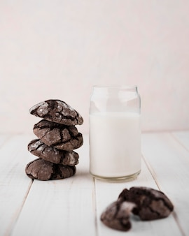 Biscotti al cioccolato vista frontale con latte