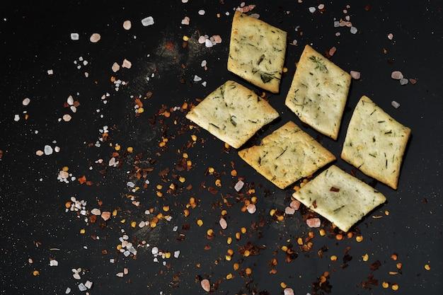 Biscotti al formaggio su un legno nero