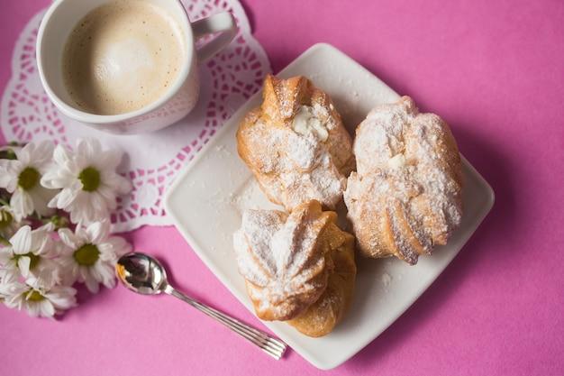 Biscotti al forno biscotti di zucchero su sfondo rosa