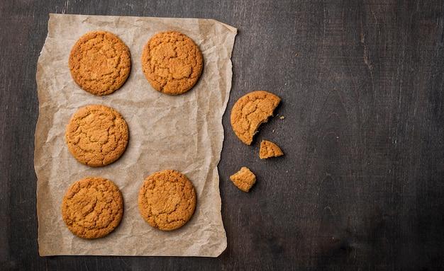 Biscotti al forno freschi con il fondo dello spazio della copia