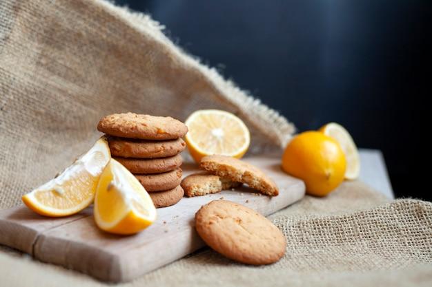 Biscotti al limone fatti in casa, la cottura degli agrumi si trova deliziosamente su un tavolo in un tessuto, una ricetta per la cottura della frutta