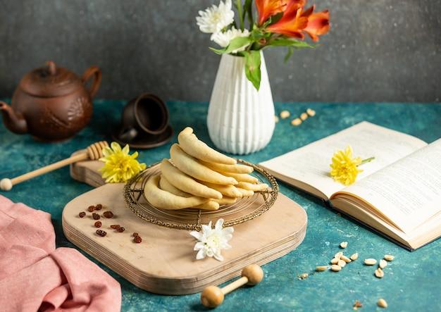Biscotti alla banana con fiori sul tavolo