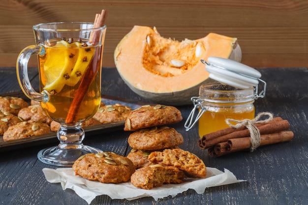 Biscotti alla cannella di natale, caramelle succhianti e decorazioni di capodanno sul vassoio vintage