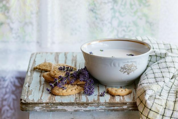 Biscotti alla lavanda con latte