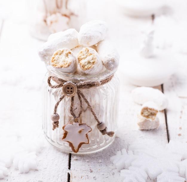 Biscotti alla vaniglia in zucchero a velo. decorazioni natalizie