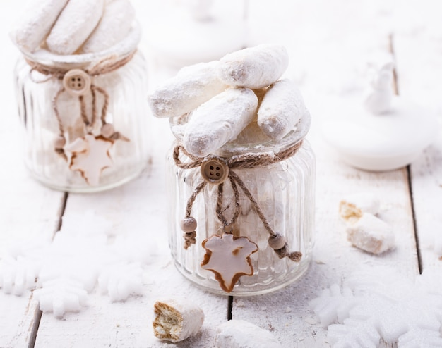 Biscotti alla vaniglia in zucchero a velo decorazioni natalizie