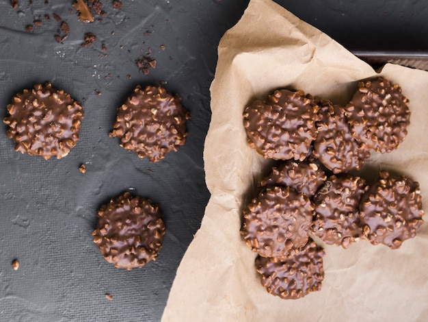 Biscotti alle noci ricoperti di cioccolato sparsi sul tavolo