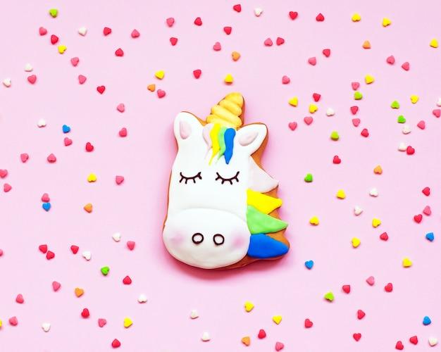 Biscotti allo zenzero a forma di un unicorno su pastello rosa