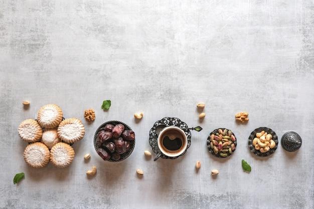 Biscotti arabi maamoul. tavolo dei dolci. biscotti della festa islamica di el fitr.