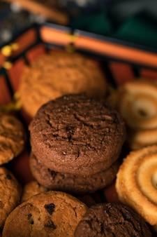 Biscotti asiatici tradizionali del tè del primo piano