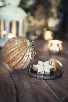 Biscotti, candele e decorazioni natalizie