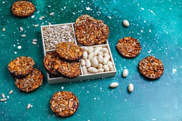 Biscotti canditi del dado senza glutine con i semi del cioccolato, dell'arachide e di girasole, vista superiore