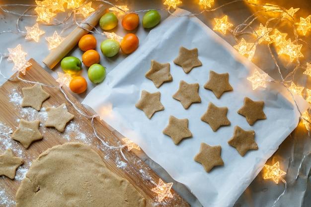 Biscotti casalinghi saporiti di natale che cuociono a casa
