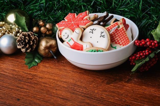 Biscotti colorati di natale con decorazioni festive