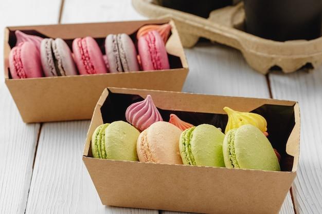 Biscotti colorati macaron in una scatola di cartone