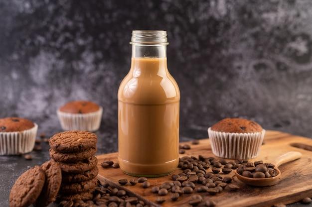 Biscotti con chicchi di caffè disposti su un piatto di legno.