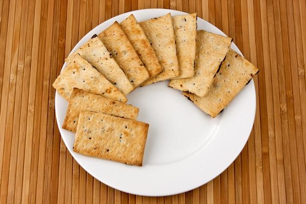 Biscotti con cioccolato su un piatto