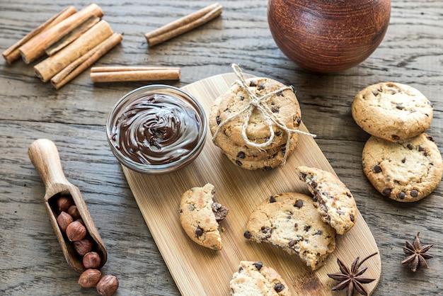 Biscotti con crema al cioccolato e nocciole