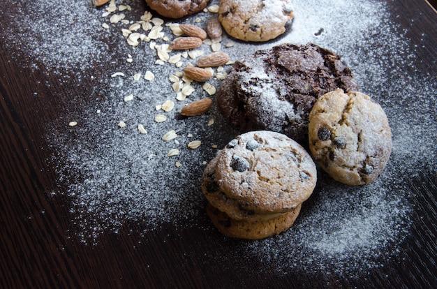 Biscotti con fiocchi d'avena, conchiglia e mandorla.