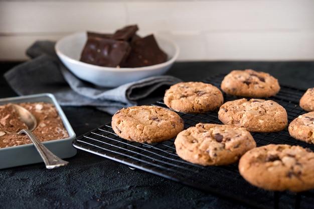 Biscotti con gocce di cioccolato sulla griglia metallica
