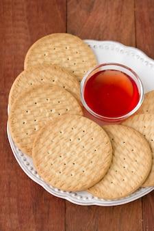 Biscotti con inceppamento sul piatto bianco