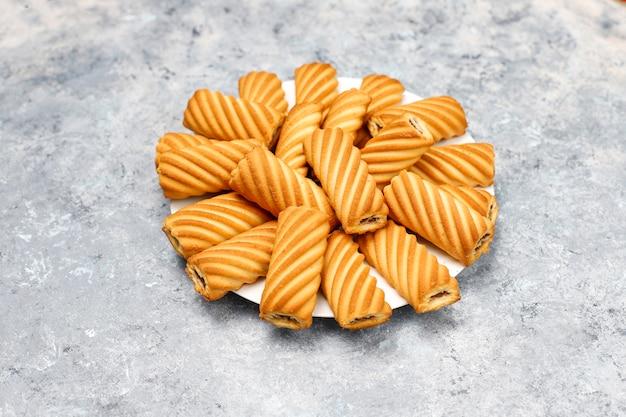 Biscotti con marmellata che riempie sulla superficie di calcestruzzo