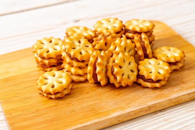 Biscotti con marmellata di ananas sul tavolo di legno