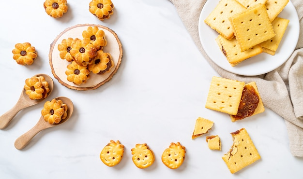 Biscotti con marmellata di ananas